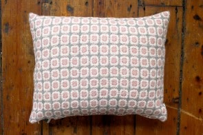 Corona Cushion in Grey/Rose